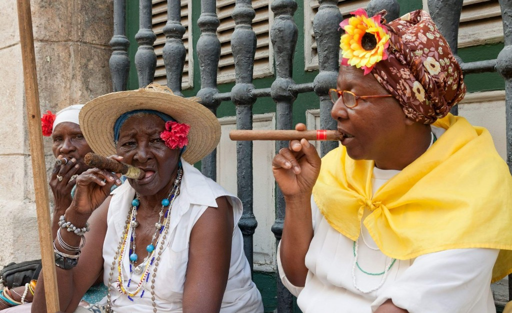 old-ladies-with-cigars-in-havana-cuba-1600x979 - s