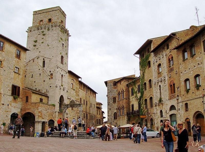 san-gimignano-piazza-cisterna-8606