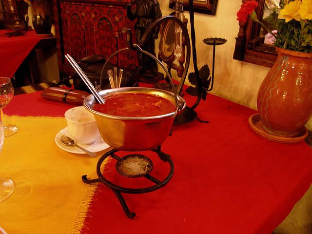 Thưởng thức món súp cá Halászlé nổi tiếng