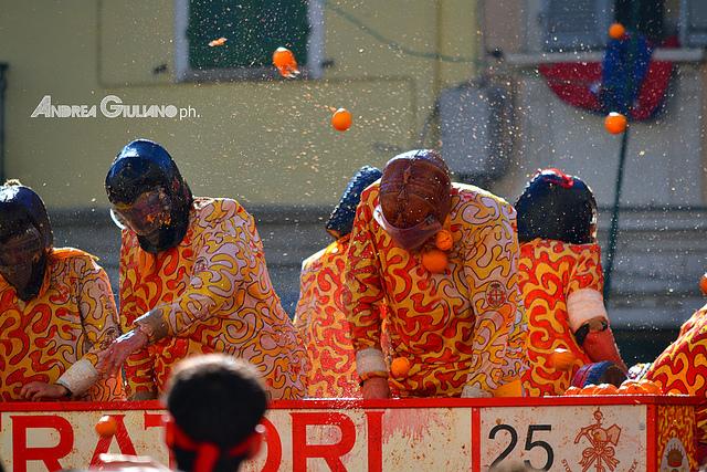 Lễ hội ném cam rực rỡ sắc màu ở Italia