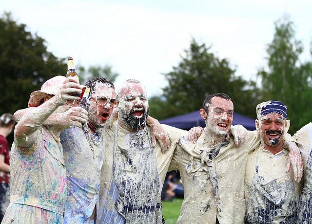 Lễ hội ném bánh kem thú vị ở Anh