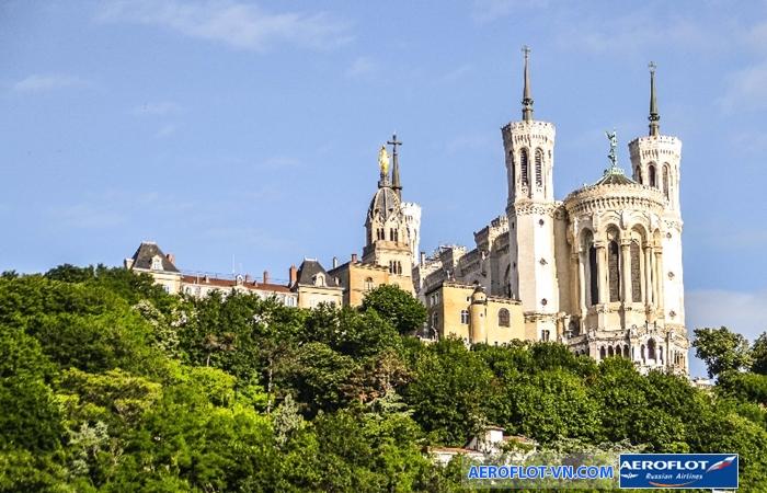 Từ Vương Cung Thánh Đường Fourvière có thể bao quát toàn cảnh thành phố Lyon