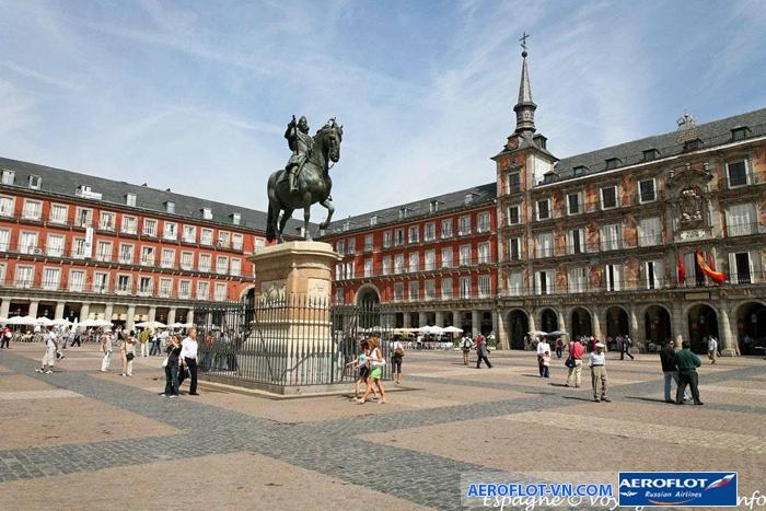 Quảng trường Plaza Mayor - nơi có bức tượng cưỡi ngựa của Felipe III