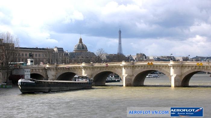 Khung cảnh bình yên bên bờ sông Seine chảy qua Paris