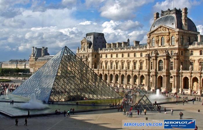 Nếu không có city pass, bạn có thể phải xếp hàng ít nhất 45p mới mua được vé vào tham quan bảo tàng Lourve, Pháp