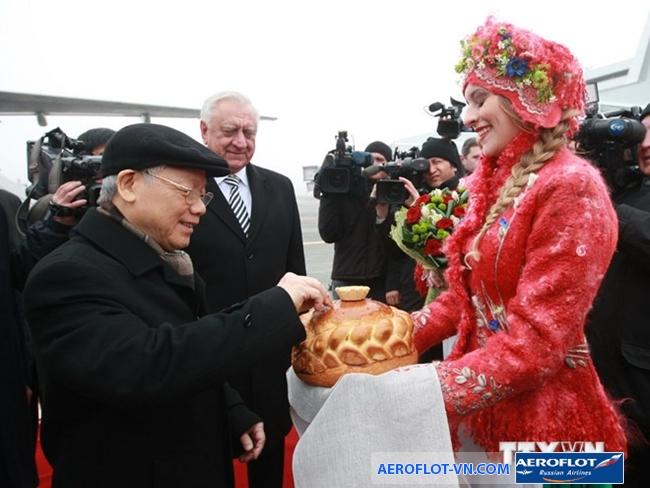 Người Nga đón khách bằng muối và một ổ bánh mì lớn