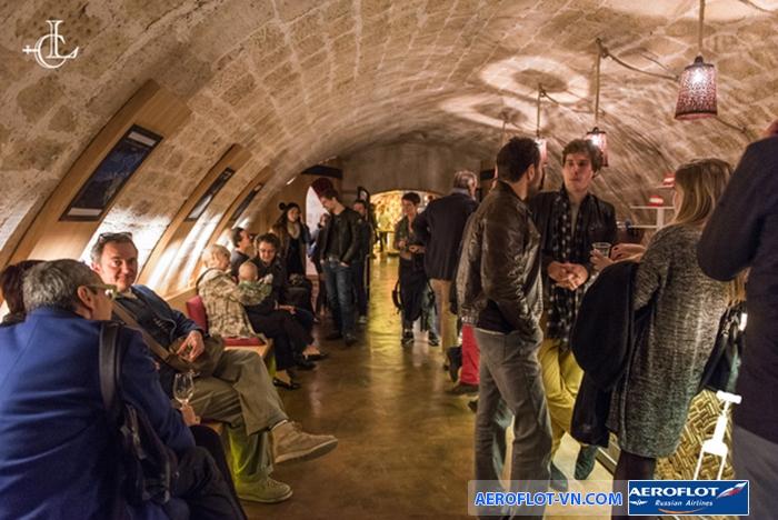 Thử rượu dưới hầm Les Caves du Louvre là một trong những trải nghiệm đáng nhớ ở Paris