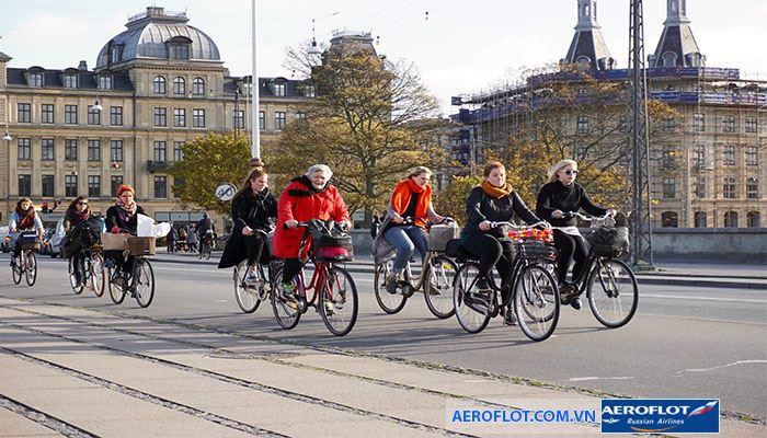 Đi xe đạp tại thanh phố của Đan Mạch