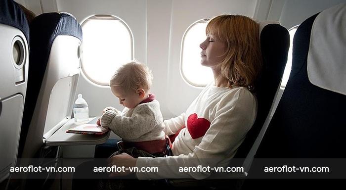 Trẻ sơ sinh được phép đi máy bay nhưng cần có người lớn đi cùng