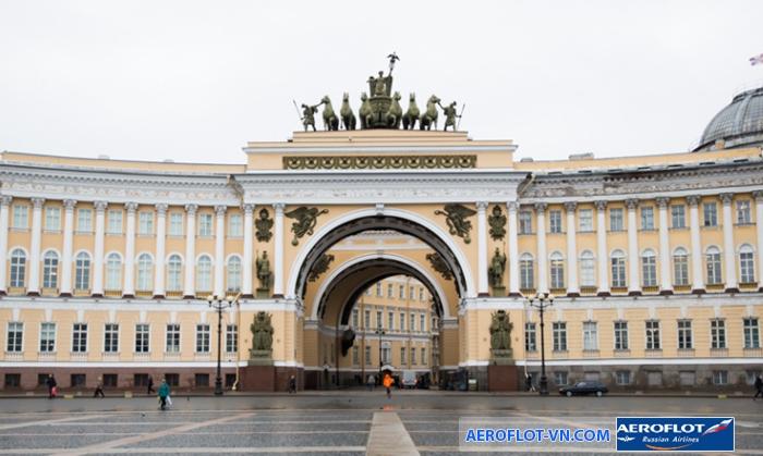 Tòa nhà Tổng tham mưu với biểu tượng là 6 chú ngựa được đúc bằng đồng